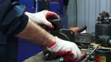 Mechanic repairing electric generator. Electric generator — Stock Video