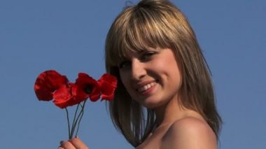 Beautiful blond with a bouquet of poppies — Stock Video