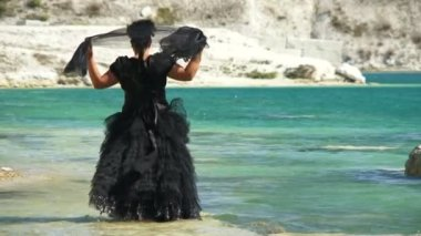Kvinnan i svart klänning — Stockvideo