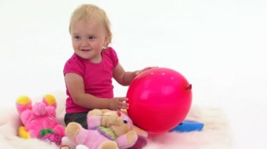 Baby playing with balloons — Stock Video