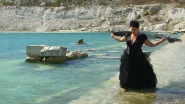 黑裙子的女人 — 图库视频影像