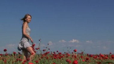 Woman with a bouquet of poppies — Vídeo de Stock