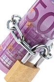 Fattura di euro concluso con una catena — Foto Stock