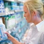 mujer comprando leche en el supermercado — Foto de Stock