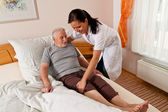 Nurse in elderly care for the elderly in nursing homes — Foto Stock