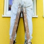 Painter on ladder — Stock Photo