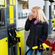 Woman at gas station to refuel — Stockfoto