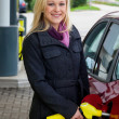 Foto Stock: Woman at gas station to refuel