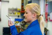 Mierzy ciśnienie oleju w samochodzie — Zdjęcie stockowe