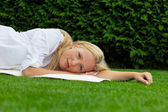 Woman lies to rest in the meadow — Stock Photo