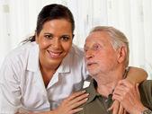 Enfermera en el cuidado de los ancianos para los ancianos en asilos — Foto de Stock