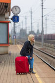 Woman waits for her train station — Stockfoto