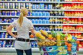выбор в супермаркете — Стоковое фото