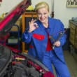 Woman as a mechanic in auto repair shop — 图库照片