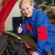Woman as a mechanic in auto repair shop — ストック写真