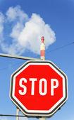 Endüstriyel baca ve dur işareti — Stok fotoğraf