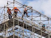 Trabajador de la construcción en un andamio — Foto de Stock