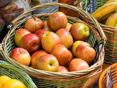 Basket of apples on the market — Stock Photo