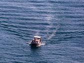 Rybářská loď na cestě k moři — Stock fotografie