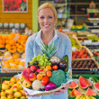 Woman at the fruit and vegetable market — Stock Photo