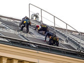 Roofers at work on the roof — Stock Photo