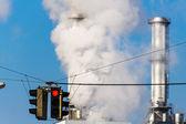 Industriella skorsten och rött ljus — Stockfoto