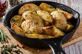 Batatas assadas na panela — Fotografia Stock