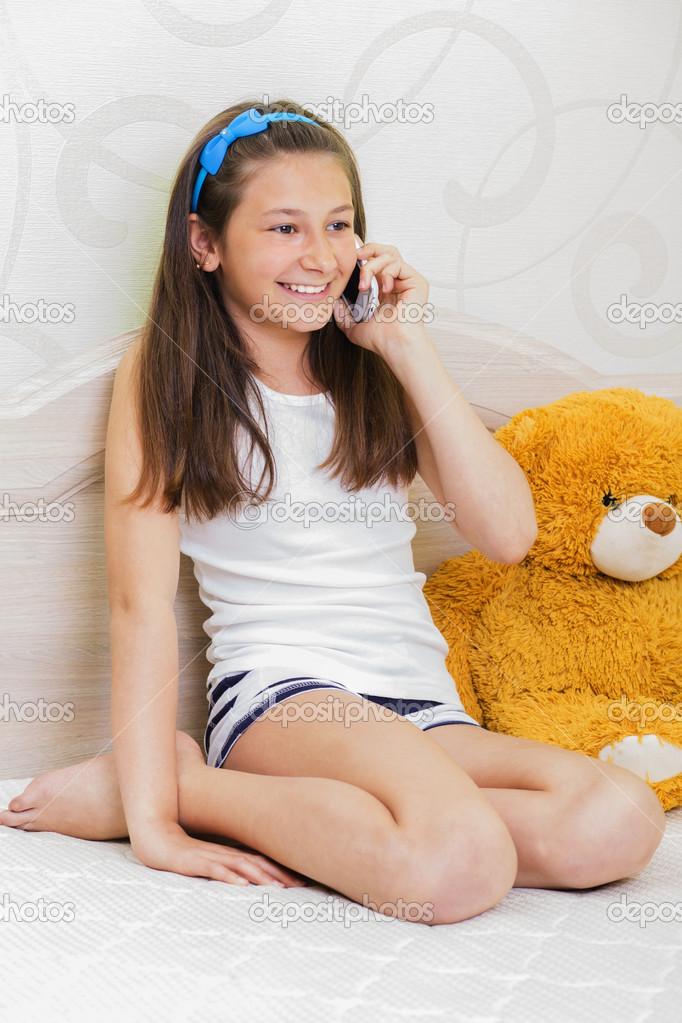 10-13 лет девушка разговаривает по. ru.depositphotos.com.