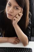Mujer de negocios sentado en su escritorio — Foto de Stock