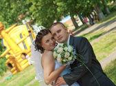 Mariée et le marié se penche sur l'appareil photo. — Photo