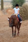 Chica es montando a caballo — Foto de Stock