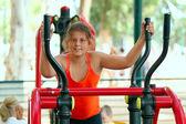 Little girl on a gym machine — Stockfoto