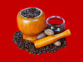 Mortar and pestle with black coffee — Stockfoto