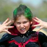 liten flicka poserar vampyr kostym — Stockfoto #42678615