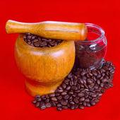 černá káva a kávové boby — Stock fotografie