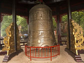 Den stora historiska klockan i parken framför statyn dafo — Stockfoto