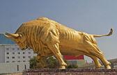 Toro de oro - un monumento que se alza frente a la estación de tren de kunmin — Foto de Stock