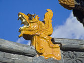 Ceramic dragon head - frequent ornament roofs of Buddhist temples — Stock Photo