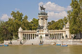 Barcos no lago na frente do memorial no parque do retiro de madrid — Foto Stock