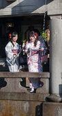 Mulher japonesa em quimonos tradicionais na fonte de água — Fotografia Stock