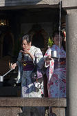 Japanerin in kimonos an der quelle des wassers — Stockfoto