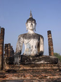Buddha statue among the ruins of Old Sukhothai — Foto de Stock