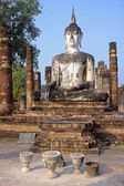Buddha statue sitting among the ruins of  Sukhothai — Stok fotoğraf