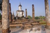 Buddha statue sitting among the ruins of  Sukhothai — Stock Photo