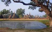 Vue des ruines au parc historique de sukhothai — Photo