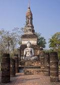 Buddha statue sitting among the ruins of  Sukhothai — Stockfoto
