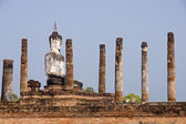 Buddha statue sitting among the ruins of Old Sukhothai — 图库照片