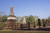 Buddha statue sitting among the ruins of Sukhothai — 图库照片