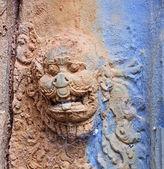 Door decoration in Bakong temple — Stock Photo