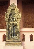 Gold Emboss hanging in front of Wat Phnom — Stockfoto